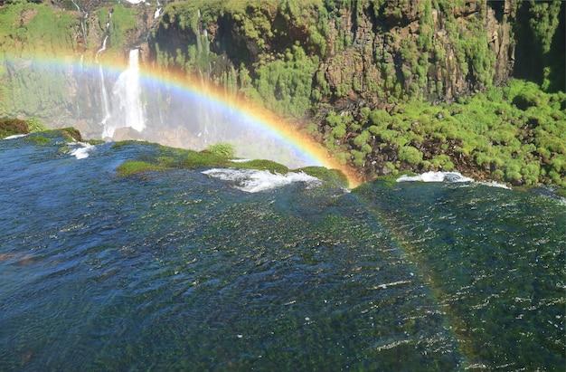 ブラジル側、フォスドイグアス、ブラジル、南アメリカの素晴らしいイグアスの滝の上のゴージャスな虹
