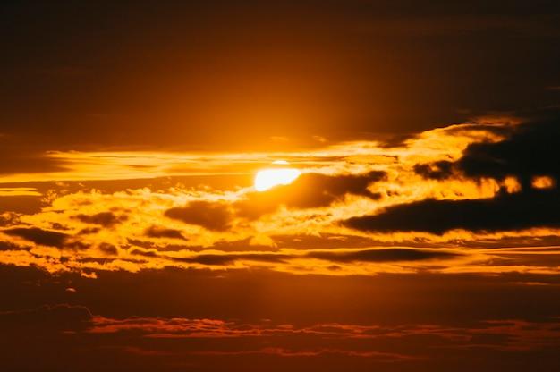 주황색 하늘에 은색 라이닝과 구름이 있는 강한 일출의 멋진 경치