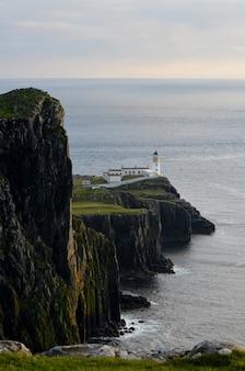 Splendide scogliere sul mare a neist point sull'isola di skye in scozia