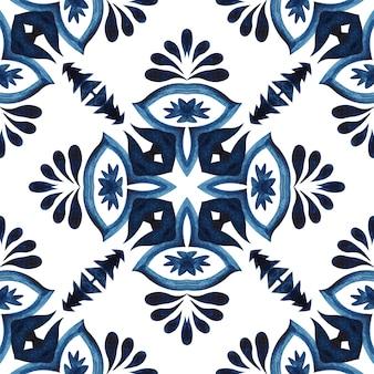 ゴージャスなシームレスな青い花の水彩パターンオリエンタルタイルトルコの飾り。ポルトガル風セラミックタイルデザイン