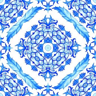 Великолепный бесшовный акварельный цветочный узор из синих и белых восточных плиток