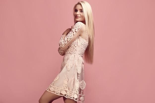 패션 핑크 드레스에 화려한 관능적 인 금발 여자