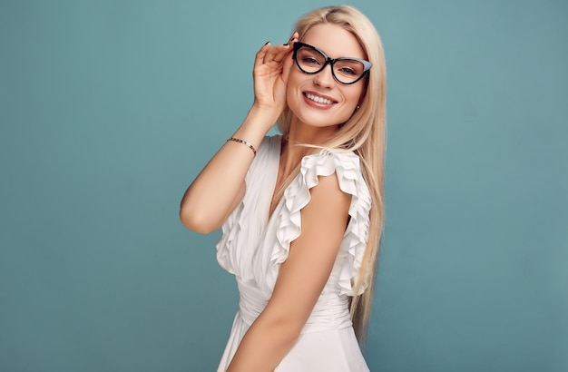 Великолепная чувственная блондинка в модном белом платье