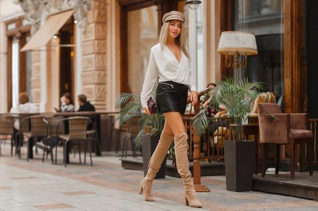 Великолепная сексуальная блондинка модель гуляет по улице