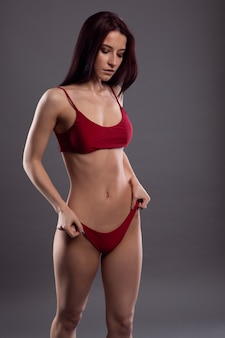 Великолепная стройная брюнетка в красном нижнем белье