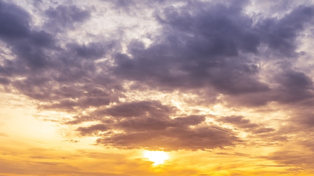 ゴージャスな日の出と雲と夕暮れの空