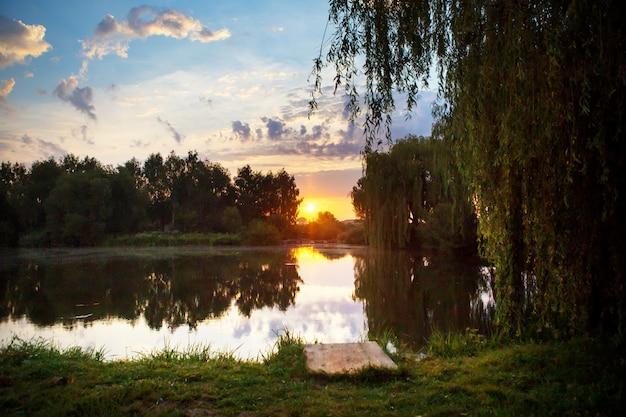 小さな釣り湖の豪華な夕日