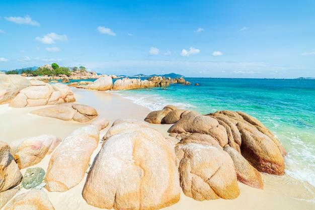 Великолепный тропический пляж, бирюзовая прозрачная вода, уникальные каменные валуны, камрань нячанг, вьетнам, юго-восточное побережье, туристическое направление, чистое голубое небо.