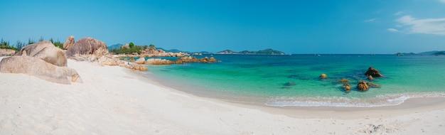 Великолепный тропический пляж бирюзовый прозрачная вода уникальные скальные валуны вьетнам