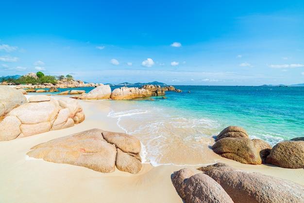 Великолепный тропический пляж бирюзовой прозрачной воды уникальные скальные валуны