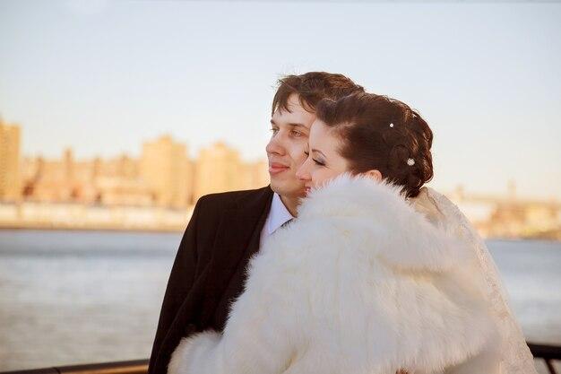 Великолепная свадебная пара, жених и невеста позирует на мосту в кракове