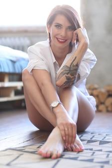自宅でゴージャスな女性