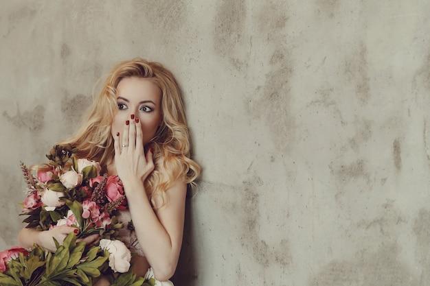 Великолепная женщина, держащая букет роз
