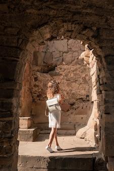 오래 된 유럽 도시의 거리에 걷는 아름 다운 드레스에 화려한 여자.