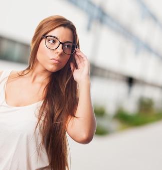 メガネでゴージャスな女性。