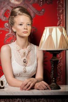 빅토리아 드레스와 인테리어에 화려한 여자입니다. 풍부한 라이프 스타일. 빈티지와 역사