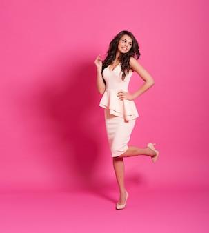 Великолепная женщина на розовом