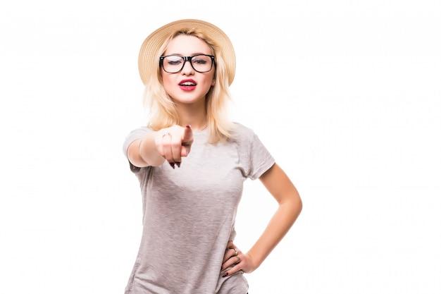 Шикарная женщина показывая что-то на ее ладони и пальце