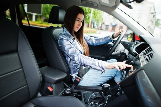 車内に座っているゴージャスな女性
