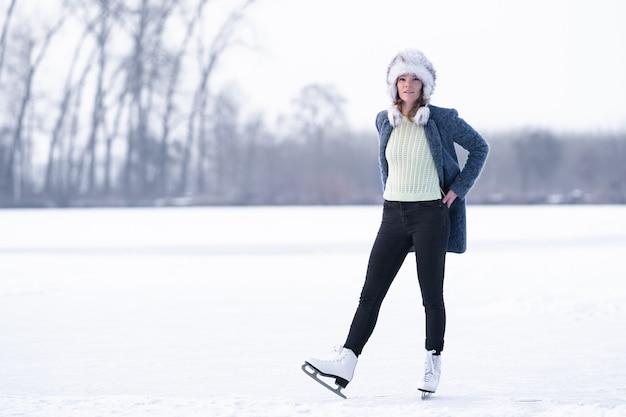 얼어 붙은 호수에서 스케이트 화려한 여자