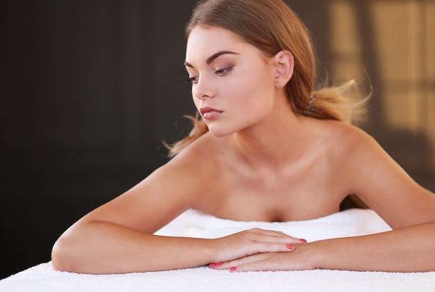 Splendida donna nella spa