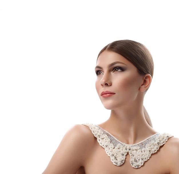 Великолепная женщина в кружевном ожерелье на белом фоне