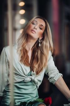 Splendida donna con i capelli lunghi in posa per la telecamera