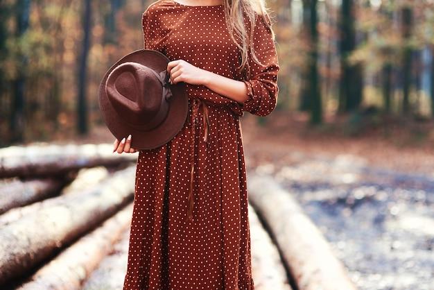 秋の森のゴージャスな若い女性