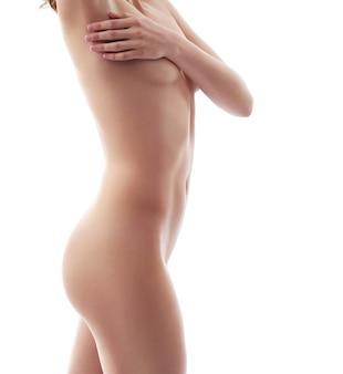 Красивая молодая женщина, ставит голый, изолированные на белом