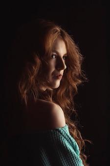 影に巻き毛のゴージャスな若い女性