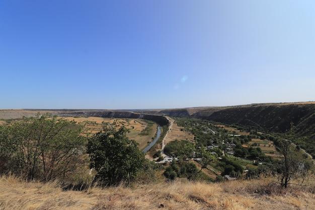 青い空の夏の丘を背景に峡谷