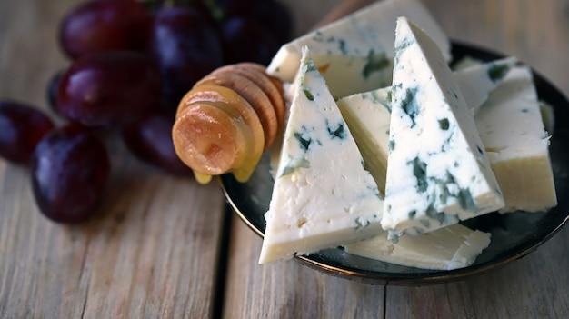 蜂蜜とブドウのゴルゴンゾーラチーズチーズプレートケトスナック