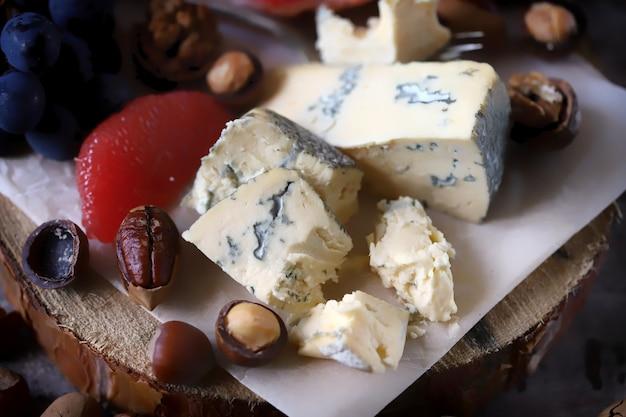 ナッツとフルーツのゴルゴンゾーラチーズ。