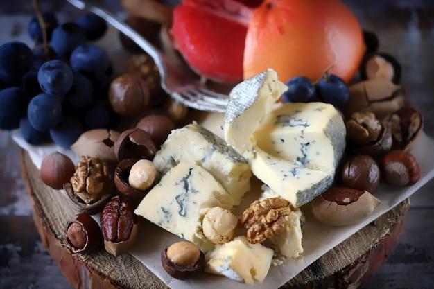 ナッツとフルーツのゴルゴンゾーラチーズ。 Premium写真