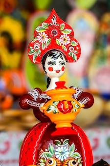 Городец россия традиционные деревянные сувениры ручной работы в уличном магазине подарков