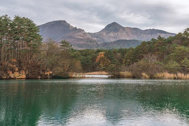 Озеро гошикинума и гора. bandai в goshikinuma в фукусиме, япония