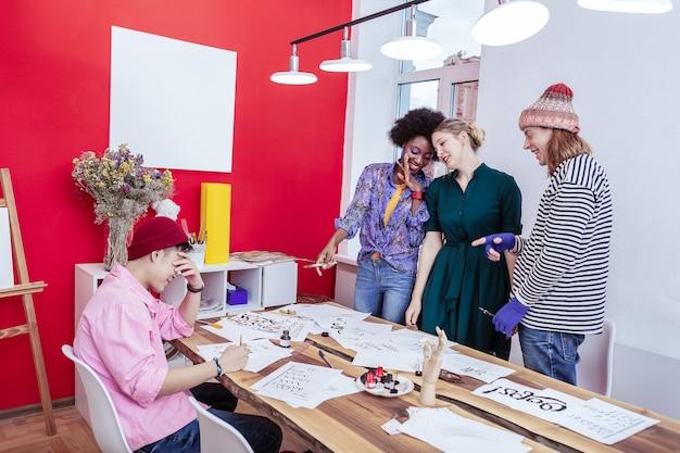 同僚についてのうわさ話。同僚についてうわさ話をしているファッション部門の3人の失礼なマネージャー