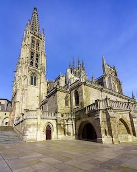 맑고 푸른 하늘과 낮에는 부르고스의 고딕 성당. 광각 사진. 카스티야 레온. 프리미엄 사진
