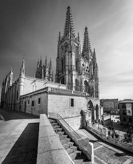 日中、澄んだ青い空とブルゴスのゴシック大聖堂。広角写真。モノクロ、白黒。スペイン。