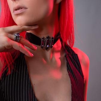 ダークロッカー、ネックジュエリーチョーカーカラーのスタイルでスタイリッシュな若い女性のためのゴシックジュエリー