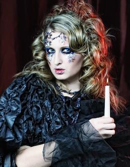 Готический портрет женщины со свечой. тема хэллоуина.
