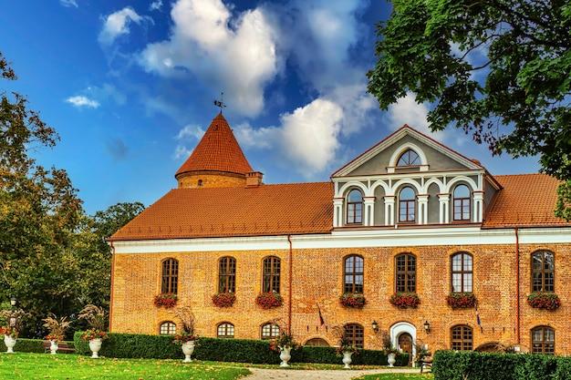 ゴシック-ルネッサンス城のマナーハウスとラウドンヴァリスの庭園の風景。