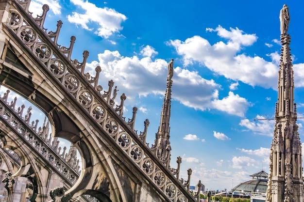 イタリアのミラノドゥオーモのゴシック様式の屋上テラス