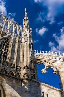 이탈리아 밀라노 두오모의 고딕 양식의 옥상 테라스