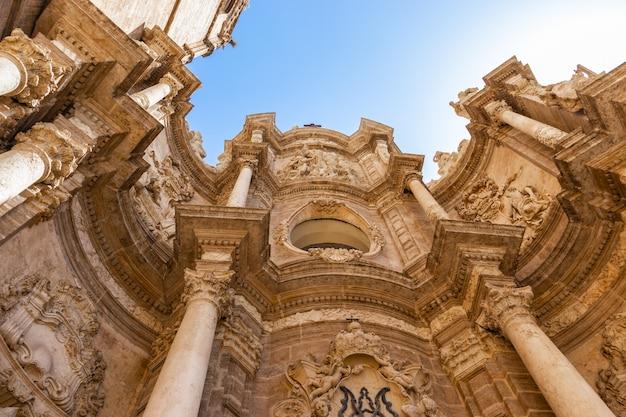 晴れた日にゴシック様式のバレンシア大聖堂のファサード