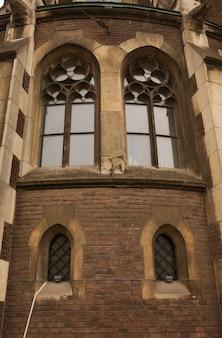 Готическое окно на фасаде костела св. ольги и елизаветы, львов. украина