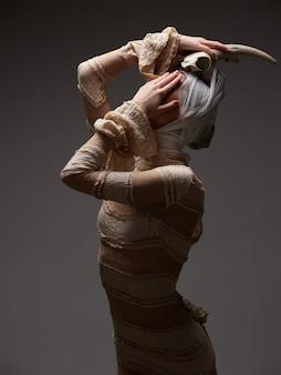 彼女の頭の上の角を持つ歴史的なレースのドレス、ゴシック様式の女性