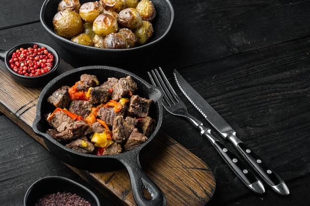 Гуляш, тушеная говядина, на чугунной сковороде