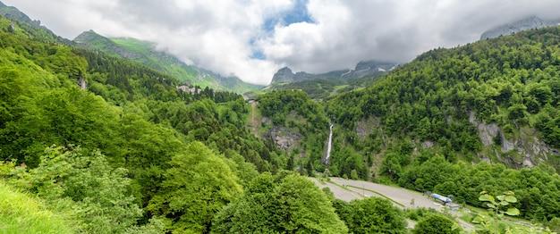 フランスのピレネー山脈のgouretteの村のパノラマ