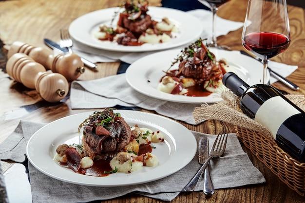 グルメ前菜:ベリーを添えた美しく装飾されたケータリングバンケットフォアグラ。